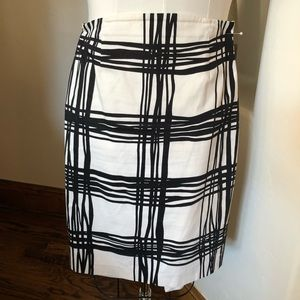 Express size 0 fully lined black and white skirt.